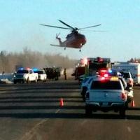 Un hélicoptère se pose sur les lieux d'un accident de la route