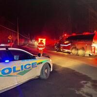 Une voiture de la Sécurité publique de la MRC des Collines-de-l'Outaouais sur les lieux de l'accident.