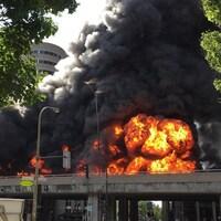 Camion-citerne en feu sur l'autoroute métropolitaine (A-40) à Montréal, après un carambolage, le 9 août 2016