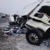 Scène d'un accident d'un camion-remorque sur la route 17 dans le Grand Sudbury.