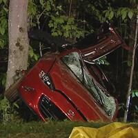 Une voiture rouge dont le pare-brise est brisé.