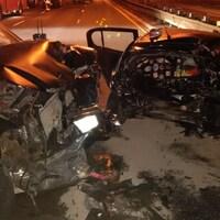 Photo d'une voiture complètement emboutie à l'arrière, alors que le capot d'un VUS est enfoncé.
