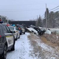 Une camionnette et un fardier en collision dans un fossé sur le bord de la route.