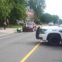 Des policiers font des mesures sur les lieux de l'accident.