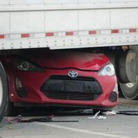 Une voiture se retrouve sous un camion après un accident