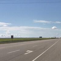 Le tronçon de la route 4 où a eu lieu l'accident sous un ciel bleu et entouré de champs