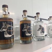 Quelques bouteilles d'Acérum, un produit fabriqué à la Distillerie Shefford.