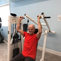 Adam Brown fait de l'exercice sur une machine dans une salle de sport.