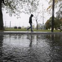 Un adolescent dans les rues de Montréal