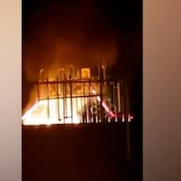 Capture d'écran d'un terrain de jeu incendié.