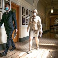 Le ministre de la Santé Adrian Dix et la médecin hygiéniste en chef, Bonnie Henry, en route vers leur point de presse à Victoria.