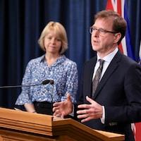 Le ministre de la Santé, Adrian Dix, et la médecin hygiéniste en chef de la Colombie-Britannique, Bonnie Henry, lors d'un point de presse.