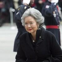 L'ex-gouverneure générale Adrienne Clarkson, vêtue de noir, devant de militaires au garde-à-vous