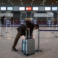 Un passager à l'aéroport Charles-de-Gaulle, à Paris.