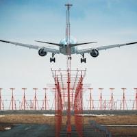 Atterrissage d'un avion à l'aéroport international Stanfield d'Halifax.