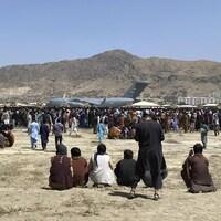 Des milliers de personnes réunies autour d'un avion.
