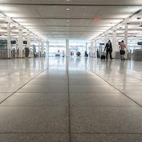 Des gens circulent dans une zone de l'aéroport Montréal-Trudeau.