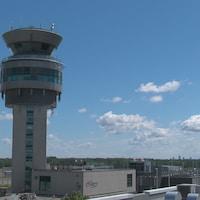 La tour de contrôle de l'Aéroport international Jean-Lesage de Québec.