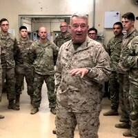Un groupe de soldats debout dans une salle