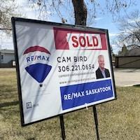 Une pancarte de l'agent immobilier Cam Bird à Saskatoon.