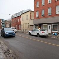 Une voiture de police est stationnée devant un immeuble de la rue Saint-Vallier Ouest, dans le quartier Saint-Sauveur, à Québec.