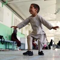 Ahmad, 5 ans, danse sur sa jambe artificielle en affichant un grand sourire.
