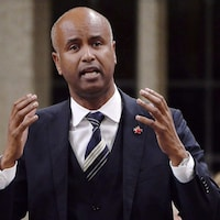 Ahmed Hussen parle, debout, dans la Chambre des communes.
