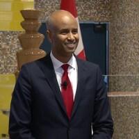 Plan moyen d'Ahmed Hussen, qui sourit.