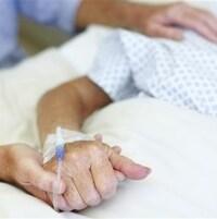 Un patient dans un lit d'hôpital