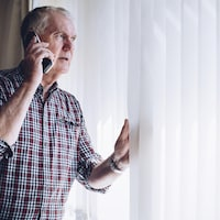 Un homme faisant un appel téléphonique.