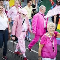Un groupe de personnes âgées marchent dans un défilé de la Fierté à Amsterdam en 2016.
