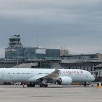 Un Boeing 787-9 Dreamliner d'Air Canada sur le tarmac de l'aéroport international Trudeau de Montréal.