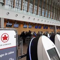 Les comptoirs d'Air Canada à l'Aéroport international Jean-Lesage de Québec.