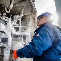 Un travailleur de l'usine d'Air Liquide Canada à Bécancour travaille à l'extérieur.