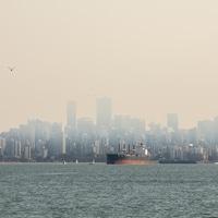 La fumée des incendies de forêt dans l'État de Washington enveloppe le ciel du centre-ville de Vancouver.