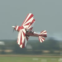 Un avion récréatif fait des pirouettes.