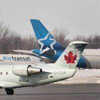 Deux avions des compagnies Air Transat et Air Canada, sur le tarmac de l'aéroport Trudeau.