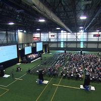 Des syndiqués rassemblés dans une salle multisport.