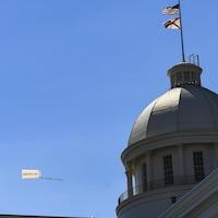 Un avion arborant une banderole portant la mention « L'avortement est acceptable » fait le tour du Capitole de l'État d'Alabama, mercredi, à Montgomery.