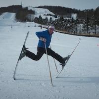 Alain Laroche en équilibre sur la pointe de ses skis