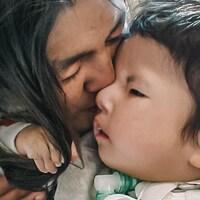 Image du film Jordan River Anderson, The Messenger, où une femme embrasse un bébé.