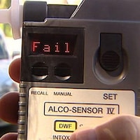 Un conducteur échoue un test d'alcoolémie.