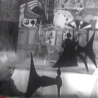 Alexander Calder dans son atelier avec quelques-uns de ses sculptures en 1967