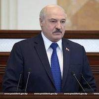 Alexandre Loukachenko parle lors d'une rencontre au Parlement.