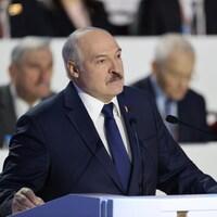 Alexandre Loukachenko, au lutrin, parle dans un micro.