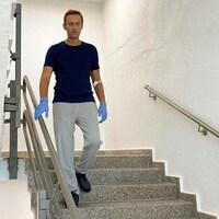 Un homme descend des marches.
