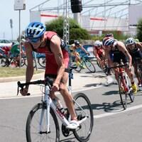 Le triathlète Alexis Lepage en action à vélo lors d'une compétition