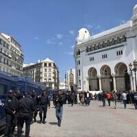 Plusieurs camions de police sont stationnés devant la Grand Poste pendant la journée à Alger.