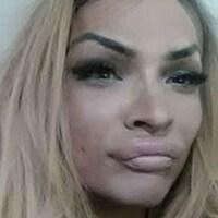 Photo du visage d'Alloura Wells, cheveux blonds.