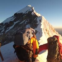 Des alpinistes entament la route vers le sommet du mont Everest.